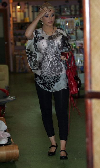 Christina_Aguilera_Shopping___Nomi_Baby_Boutique_In_Los_Angeles__October_30__2007